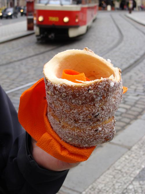 Les Trdelnik, une pâte cuite au feu de bois puis trempée dans le sucre et la cannelle.